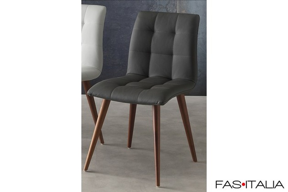 Sedia imbottita con gambe in legno